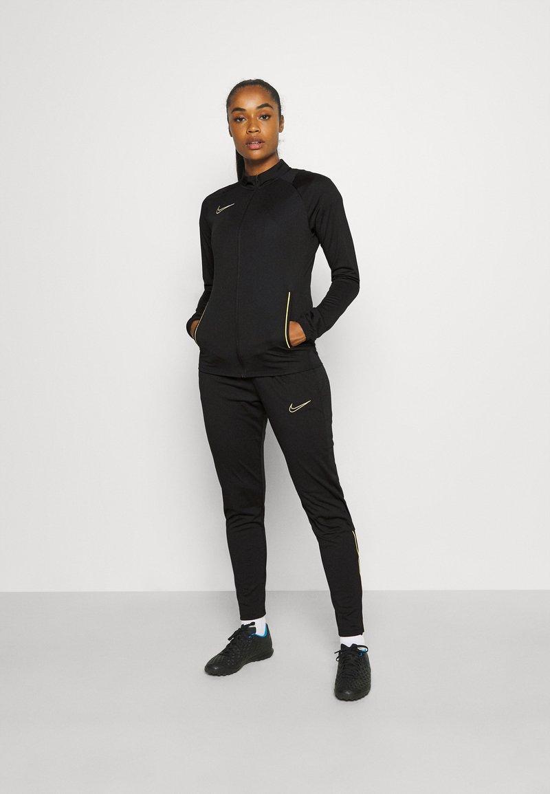 Nike Performance - ACADEMY 21 TRACKSUIT - Treningsdress - black/saturn gold