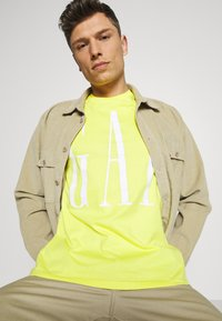 GAP - CORP LOGO  - T-shirts print - bright lemon meringue - 4