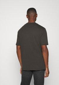 Lyle & Scott - TRIO GEO PANEL - Print T-shirt - raven/jet black - 2