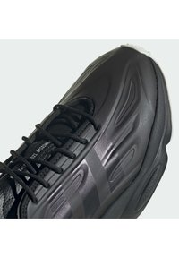 adidas Originals - OZWEEGO HELMET CLOSED SHOES - Tenisky - cblack/greone/ftwwht - 6