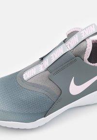 Nike Performance - FLEX RUNNER UNISEX - Neutrální běžecké boty - light smoke grey/pink foam/smoke grey/white - 5