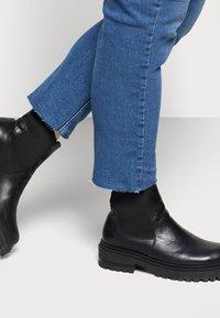 Pieces Curve - PCLUNA STRAIGHT - Straight leg jeans - medium blue denim - 4