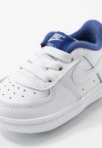 Nike Sportswear - FORCE 1 CRIB - Chaussures premiers pas - white/deep royal blue - 2