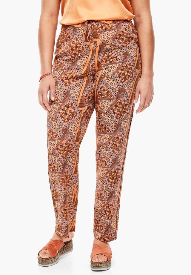 LEICHTE  MIT SEITENPASPEL - Trousers - orange aop