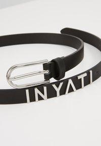 Inyati - WAIST BELT SLIM LOGO LETTERS - Belt - black - 2