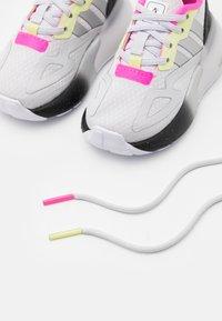 adidas Originals - ZX 2K UNISEX - Sneakers laag - grey/silver metallic/yellow - 5