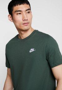 Nike Sportswear - CLUB TEE - T-shirt - bas - galactic jade/white - 3