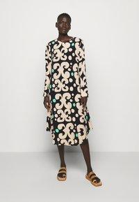 Marimekko - KEHO PIENI KEIDAS DRESS - Robe d'été - black/beige/green - 0