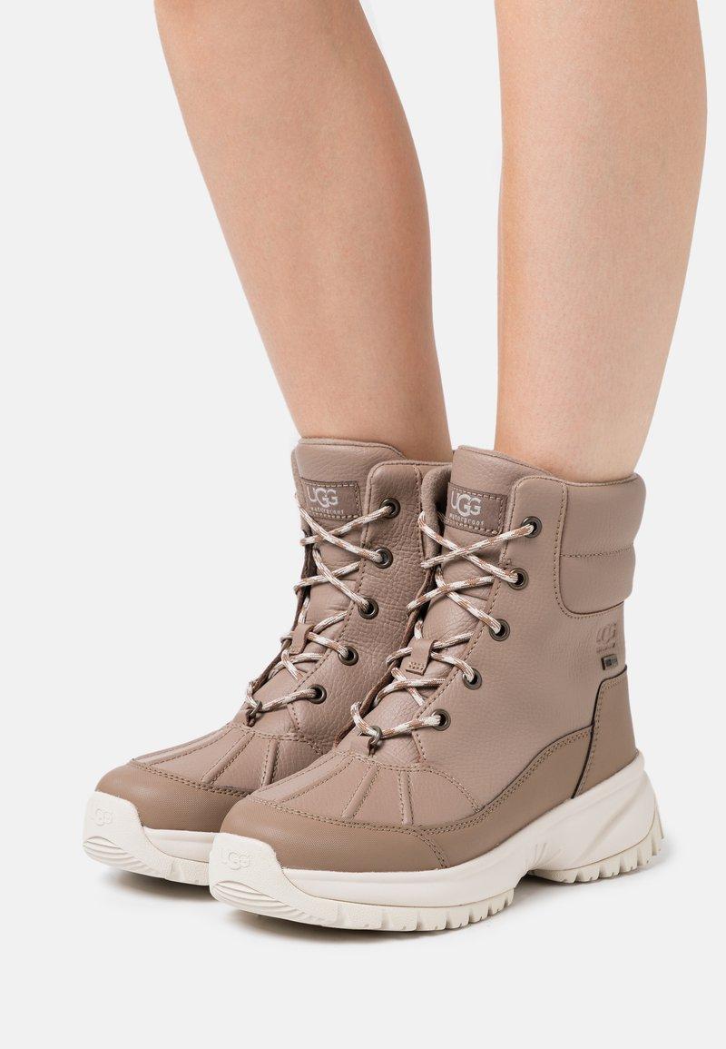 UGG - YOSE - Winter boots - caribou