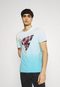 Guess - PALM BEACH TEE - Print T-shirt - water/white dip - 0