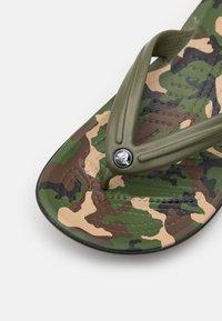 Crocs - CROCBAND FLIP - Japonki kąpielowe - army green/black - 5