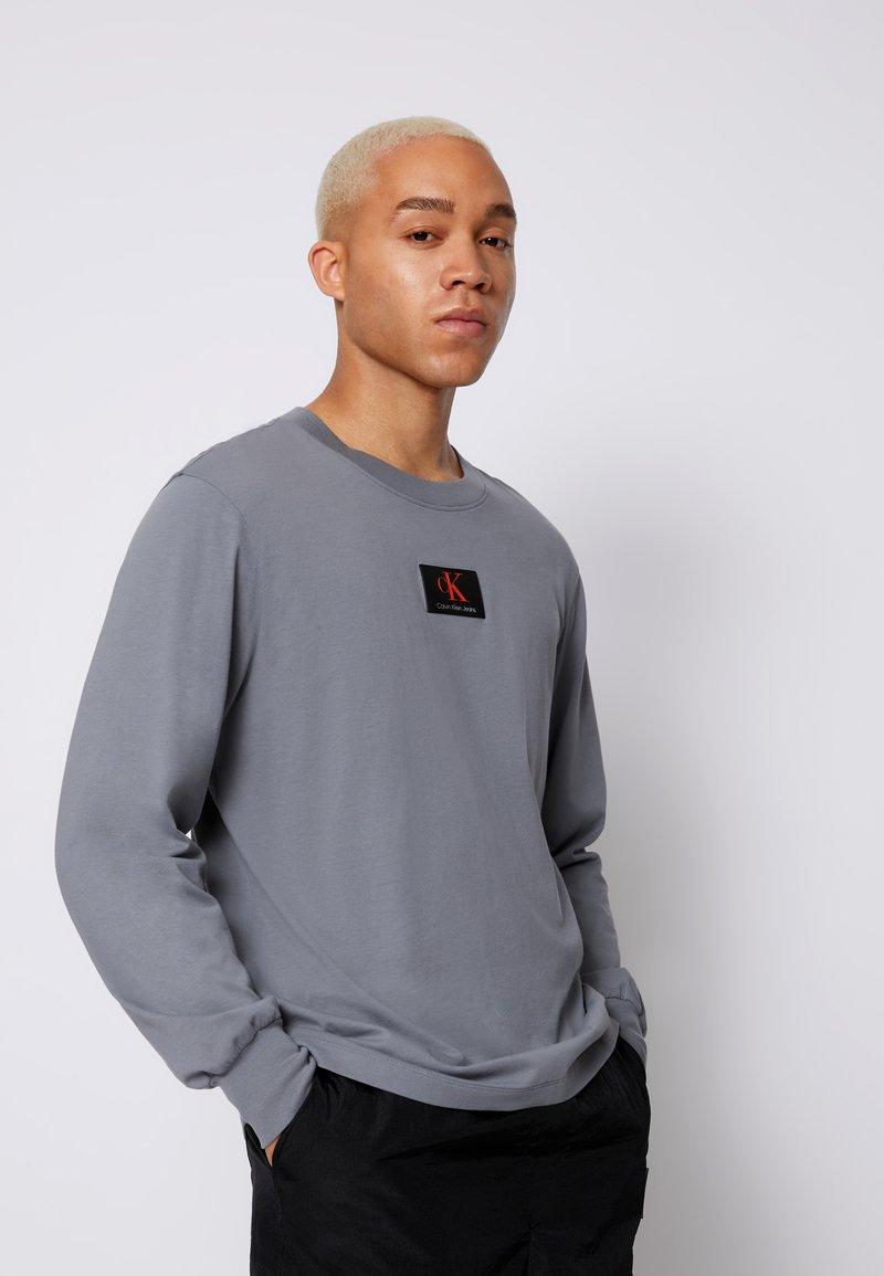 Calvin Klein Jeans - CUFFED BADGE TEE - Maglietta a manica lunga - shining armor
