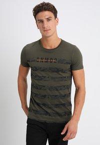 TOM TAILOR DENIM - STRIPED PANELPRINT - T-shirt imprimé - woodland green - 0