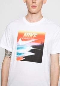 Nike Sportswear - TEE SUMMER PHOTO - Print T-shirt - white - 5