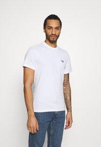 Barbour Beacon - SMALL LOGO TEE - T-shirt - bas - white - 0