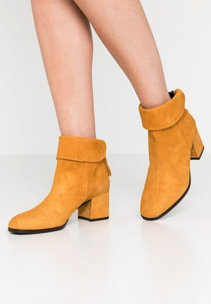 QUAL - Ankle boot - ocra