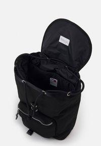 Tommy Jeans - HERITAGE FLAP BACKPACK UNISEX - Rucksack - black - 2