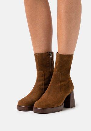 BRIGAND - Kotníkové boty na platformě - croute cognac
