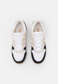 ASICS SportStyle - LYTE CLASSIC - Trainers - white/camel/beige - 5