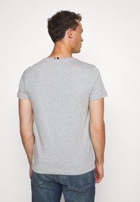 Tommy Hilfiger - FLAG TEE - Print T-shirt - grey - 2