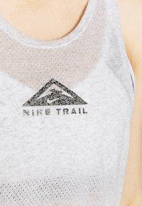 Nike Performance - CITY SLEEK TANK TRAIL - Sportshirt - light smoke grey/grey fog/heather/silver - 4