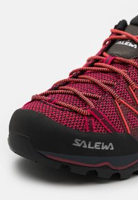 Salewa - MTN TRAINER LITE - Trekingové boty - virtual pink/fluo coral - 5