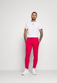 Tommy Hilfiger - CUFFED FLAG LOGO - Teplákové kalhoty - primary red - 1