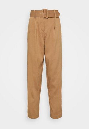 VMJULIE CARROT PANT - Bukse - tobacco brown