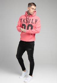 SIKSILK - DROP SHOULDER RELAXED FIT HOODIE - Sweater - black/pink - 1