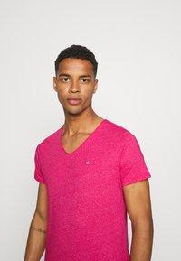 Tommy Jeans - SLIM JASPE V NECK - T-shirt - bas - pink - 4