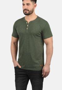 Solid - VOLKER - Basic T-shirt - climb ivy - 0