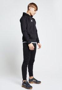 SIKSILK - ILLUSIVE LONDON  - Pantalones deportivos - black - 1