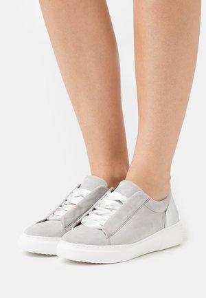 Trainers - grau/silber/weiß