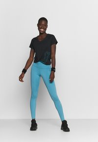 Nike Performance - ICON CLASH MILER  - T-shirts med print - black/chlorine blue - 1