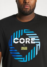 Jack & Jones - JCOFRIDAY - Print T-shirt - black/disc tee - 4