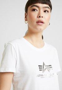 Alpha Industries - NEW BASIC - Print T-shirt - white/silver - 3