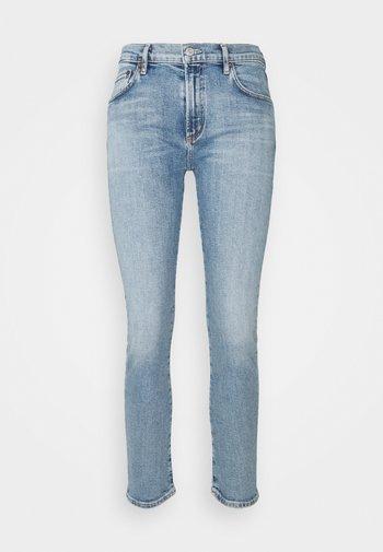 PRECIPICE TONI MID RISE - Jeans slim fit - precipice light indigo