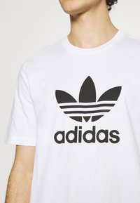 adidas Originals - TREFOIL UNISEX - T-shirt med print - white/black - 5