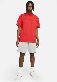 Nike Sportswear - TEE PREMIUM ESSENTIAL - T-shirt - bas - chile red - 1