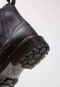 Dr. Martens - 2976 ALYSON ZIPS SNOWPLOW - Kotníkové boty - black - 2