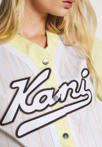 Karl Kani - VARSITY BLOCK PINSTRIPE BASEBALL SHIRT - Print T-shirt - white - 4