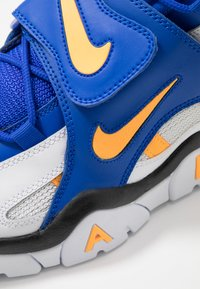 Nike Sportswear - AIR BARRAGE MID - Baskets montantes - white/laser orange/racer blue/black - 5