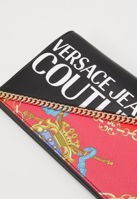 Versace Jeans Couture - CHAIN WALLET ON STRAP BAROQUE LOGO - Borsa a tracolla - nero - 4
