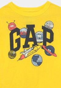 GAP - T-shirts print - bright lemon - 2