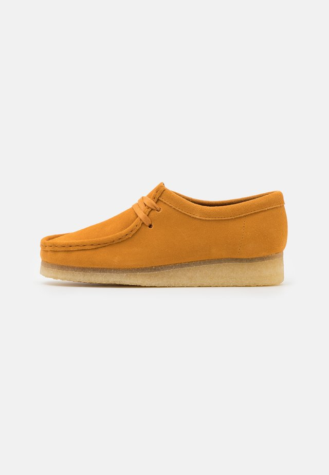 WALLABEE - Chaussures à lacets - tumeric
