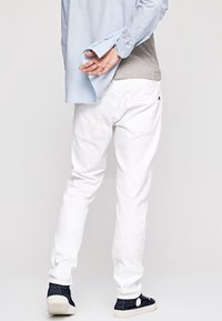 Pepe Jeans - STANLEY - Slim fit jeans - white - 2