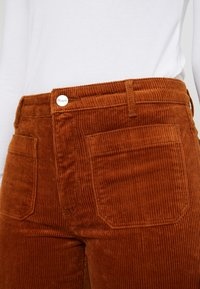 Wrangler - FLARE - Broek - tobacco brown - 5