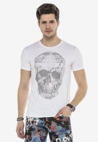 Cipo & Baxx - MIT PAILLETTEN TOTENKOPF PRINT - Print T-shirt - weiss - 3