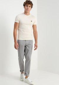 Lyle & Scott - PLAIN - T-shirt - bas - seashell white - 1