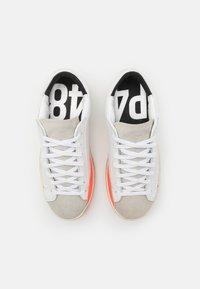 P448 - JOHN UNISEX - Tenisky - white/orange - 3